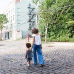 児童扶養手当とは?児童手当との違いは何?持ち家や実家で親と同居だともらえない?